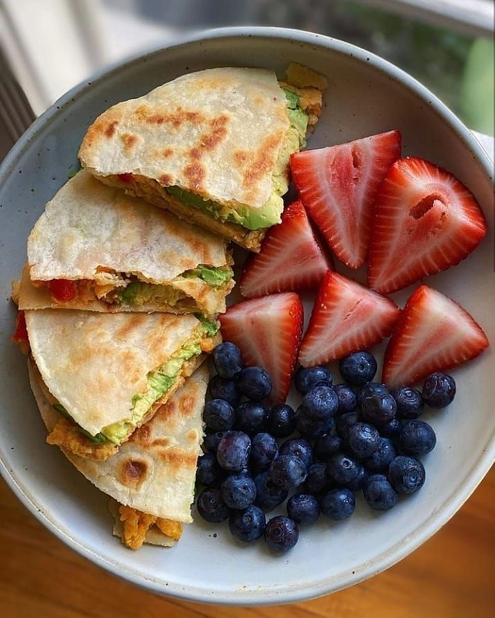 """Healthy Recipes ♡ Niki on Instagram: """"🍓💙 Almond flour tortilla filled with dairy-free cheese, avocado scrambled eggs, garlic-serrano chili sauce and a side of berries to cool it…"""""""