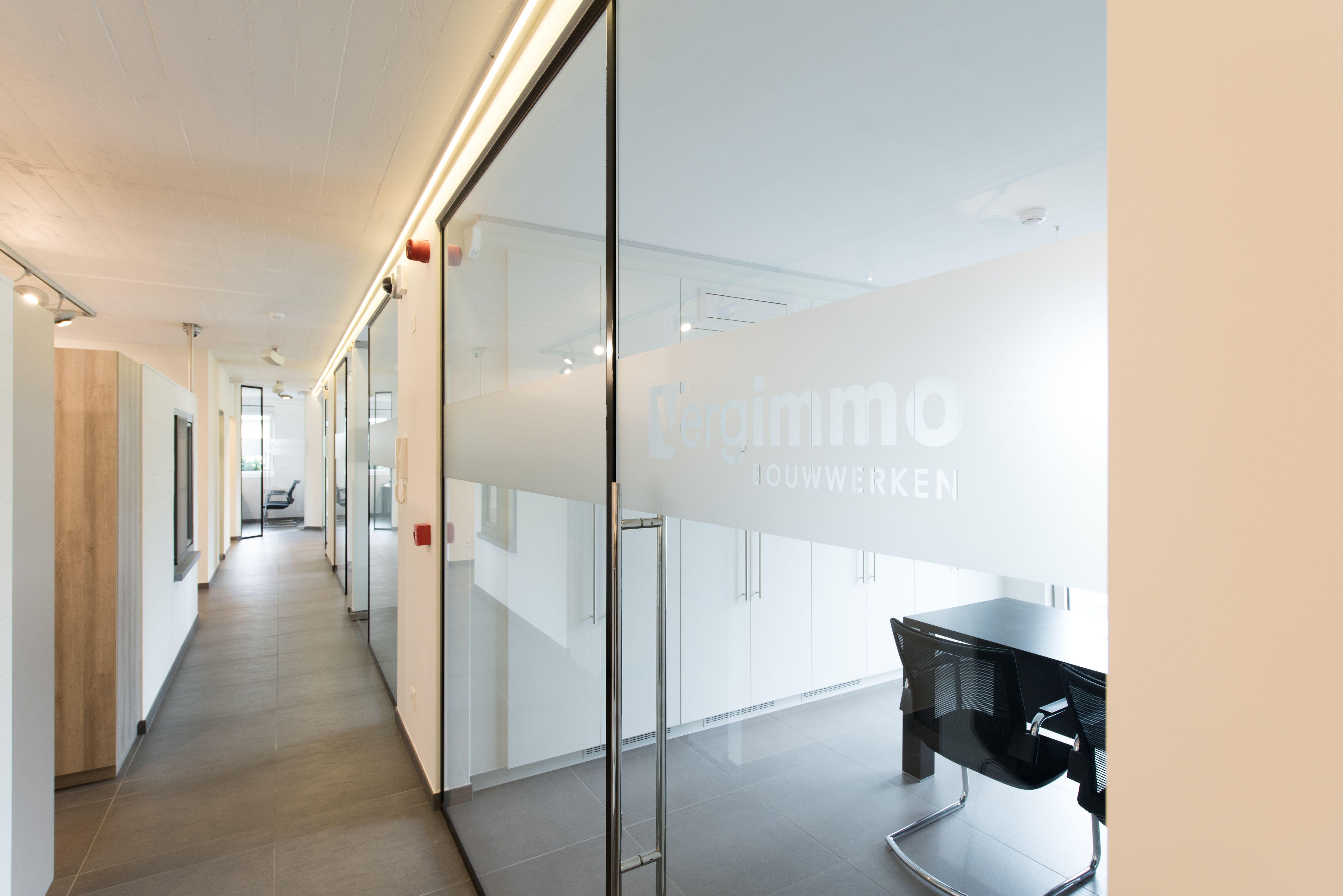 Differend Interior Design - Burelen met glas in zwarte profielen en ...