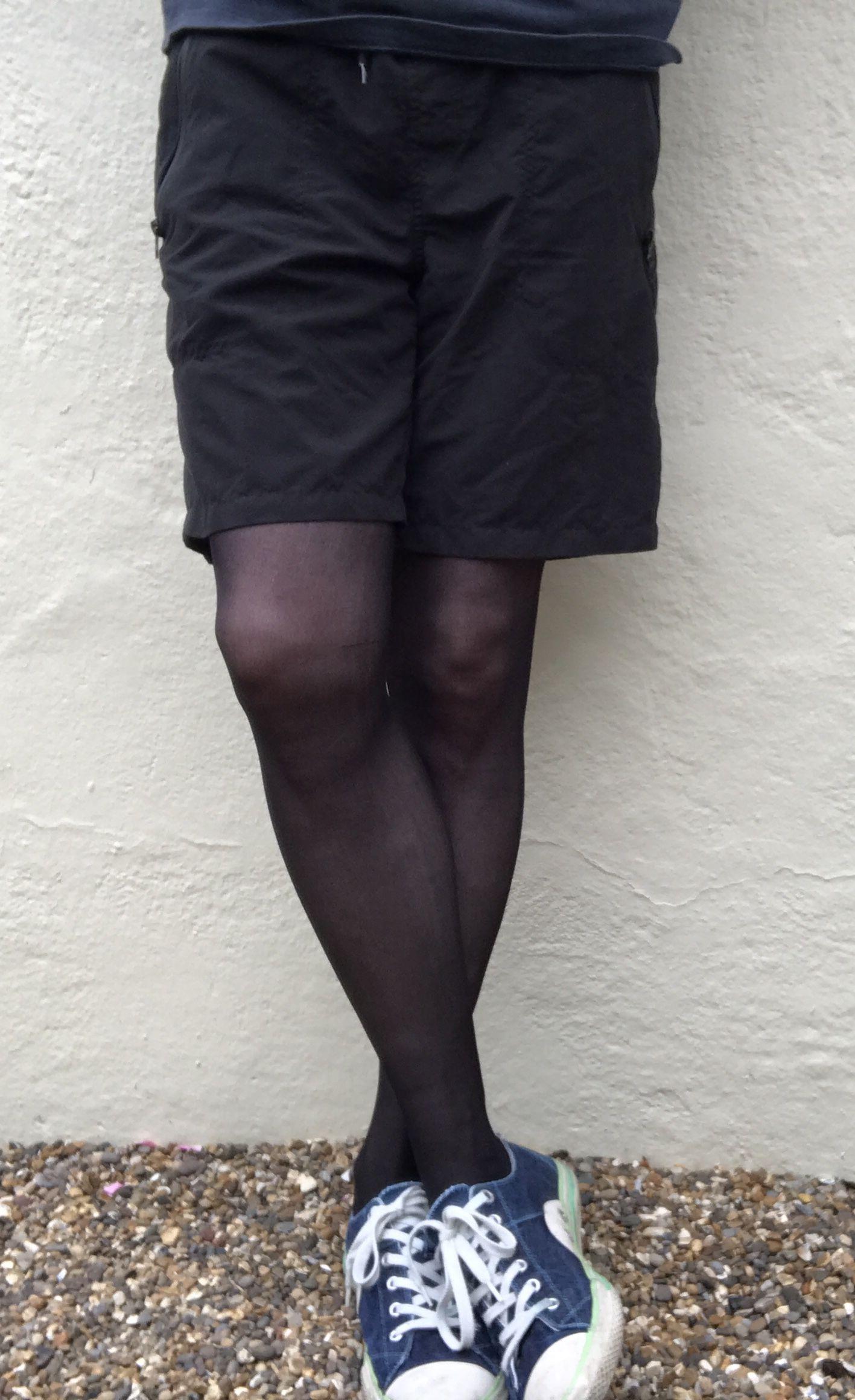 Man in black tights and shorts   Strumpfhosen männer