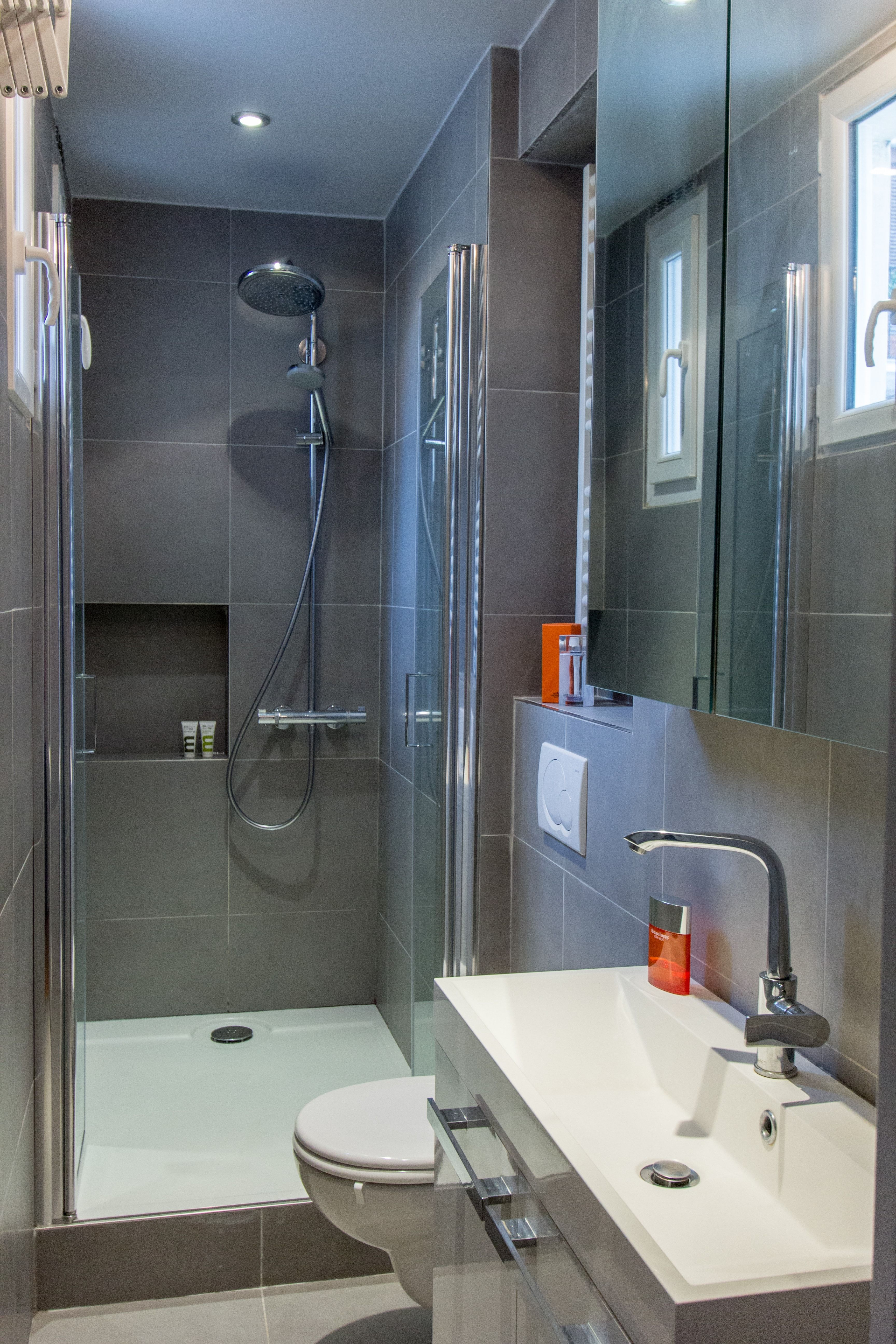 une petite salle d 39 eau bien pens e salle de bains. Black Bedroom Furniture Sets. Home Design Ideas