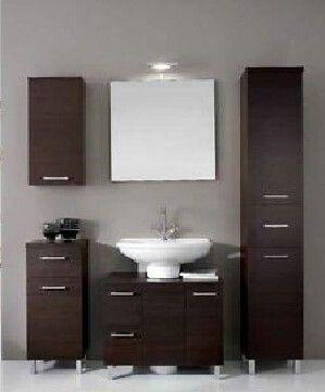 Estos muebles marr n est n en el ba o son de madera los for Muebles para toallas