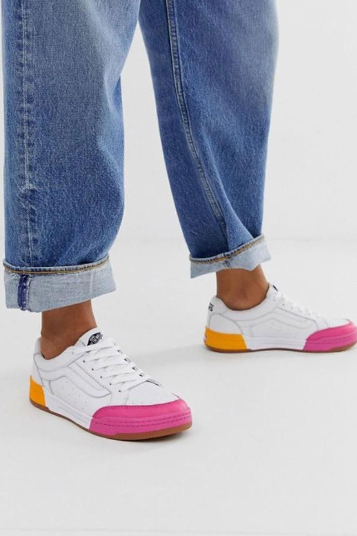 c4c61e8d NUEVO en tiendas: lo mejor de Zara, Mango, Asos, Stradivarius... Zapatillas  blancas con detalles color block en rosa flúor y naranja, modelo #highland  de # ...