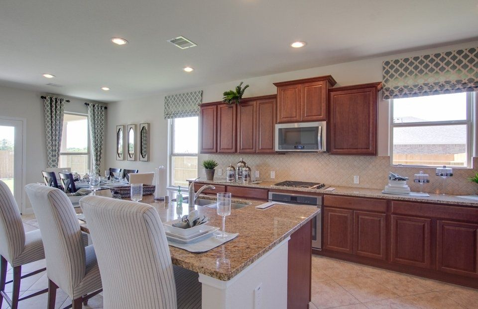 Great Traditional Kitchen with Raised panel & Onewall