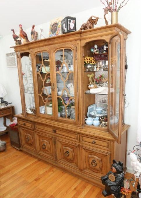 Thomasville Dining Room Set Including A Two Part Hutch With Four Glass Doors And Interior Lighting