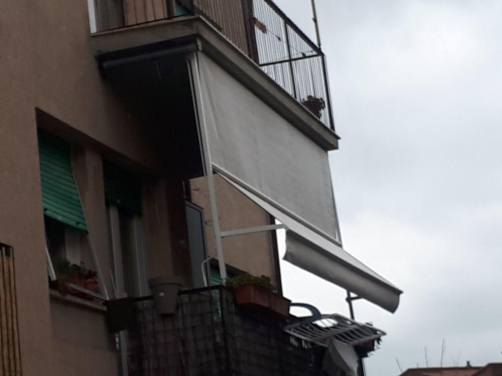tenda a caduta a tinta unita con guide laterali per terrazzo ...