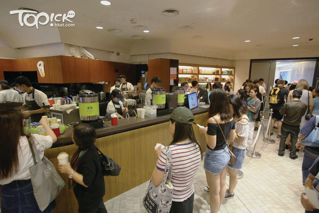 天仁茗茶的銅鑼灣誠品書店分店每天下午時分就出現人龍。(曾有為攝) Mba