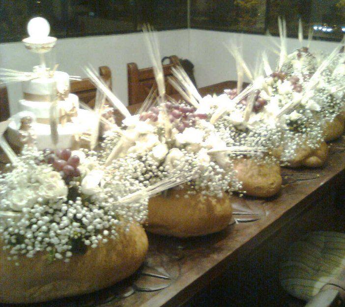 Centro de mesa en pieza de pan con flores uvas y espigas - Decorar mesas de comunion ...