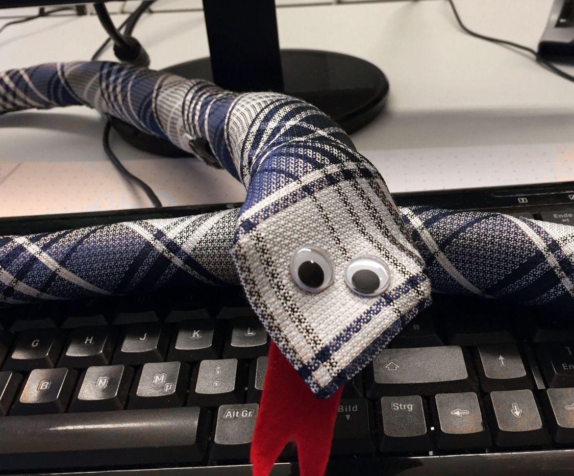 Upcycling aus alten Krawatten - die Krawattenschlange.