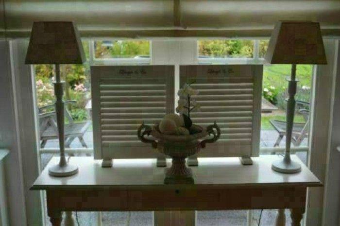 Handig die balkjes onder die louvre luikjes zo blijven ze for Decoratie voor in de vensterbank