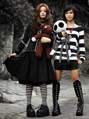 I want to make one of those Jack Skellington dolls like the one she is holding on the right <3 <3