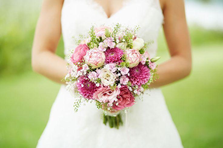 Mischung aus grün, Schleierkraut und Blumen. Gerbera zu dunkel. #pinkbridalbouquets