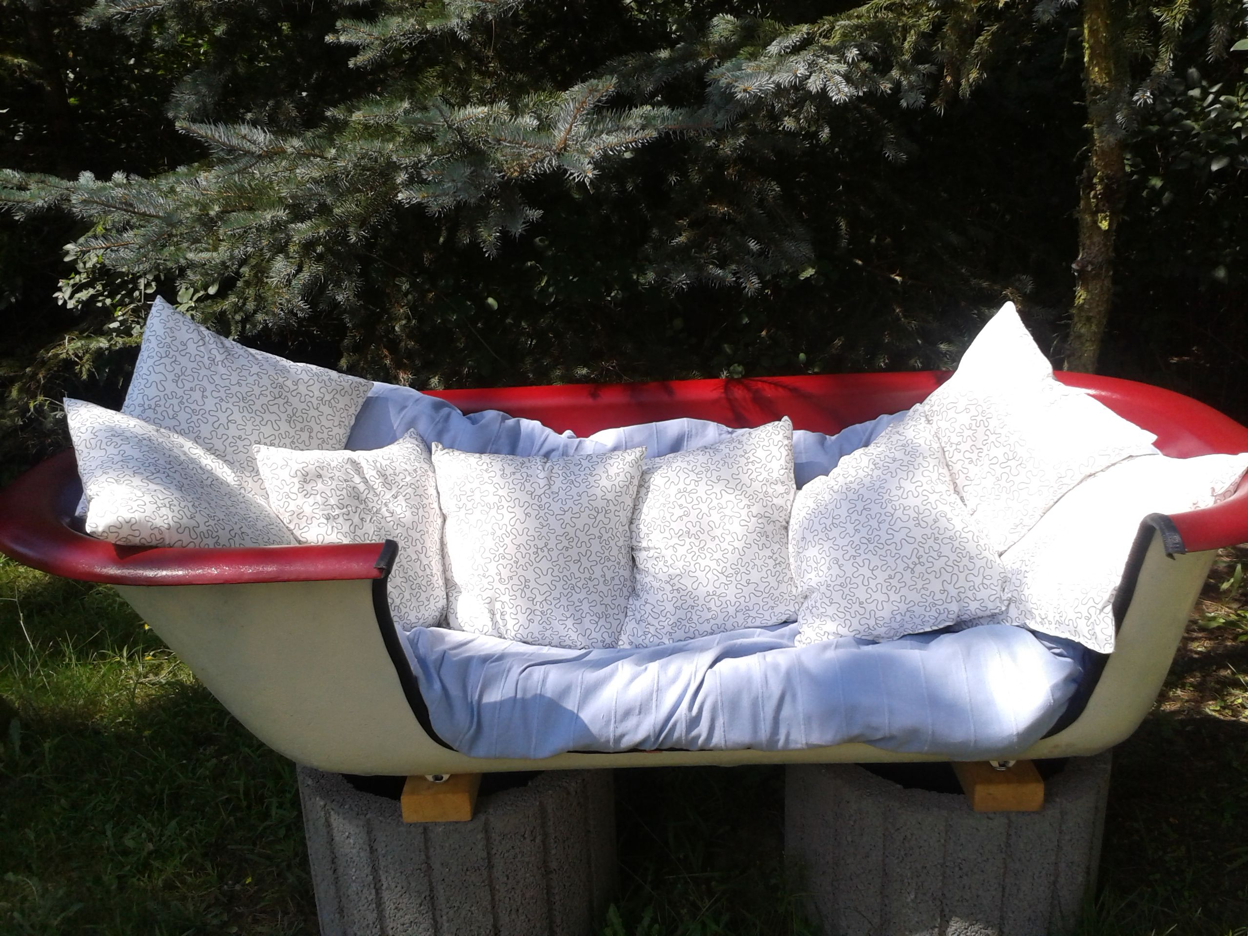 unsere alte badewanne die den vorbesitzern als teich diente haben wir ausgebuddelt und. Black Bedroom Furniture Sets. Home Design Ideas