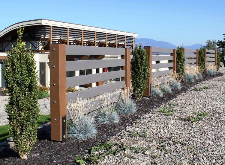 Mediterrane Gartengestaltung Zaun Haus Kies Trocken Pflanzen Sonne