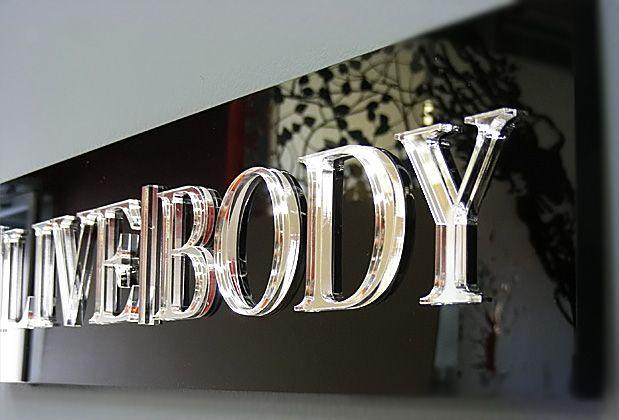 Spiegel Letters Bestellen : Hoogglans zwart paneel met glasheldere acrylaat letters met