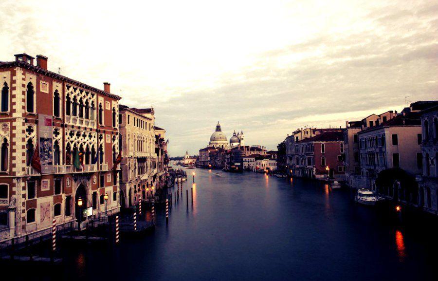 Un piano del Comune di Venezia, che prevede limitazioni orarie del traffico, ha fatto scattare uno sciopero che coinvolge gondole, http://tuttacronaca.wordpress.com/2013/11/14/venezia-placide-acque/