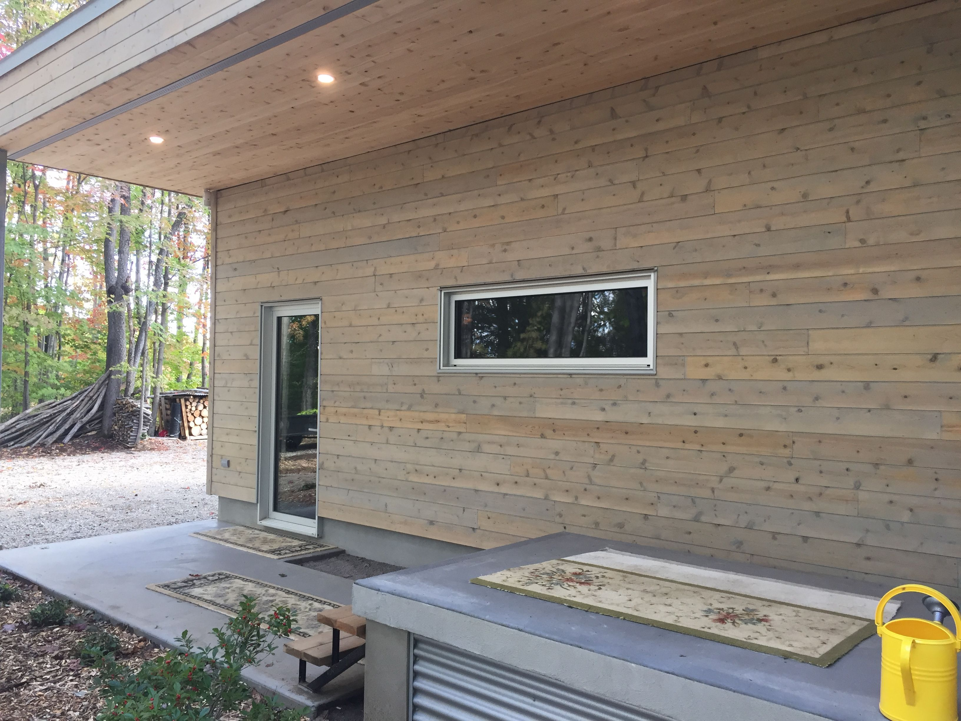 Projet Realise Avec Les Revetements De Bois Adirondack Cedre Blanc Du Quebec Noueux Avec Teinture De Vieillissement Patio Outdoor Decor Decor