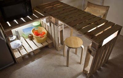 table et meubles de cuisine de palettes avec un clairage tr s original kitchenettes bar et. Black Bedroom Furniture Sets. Home Design Ideas