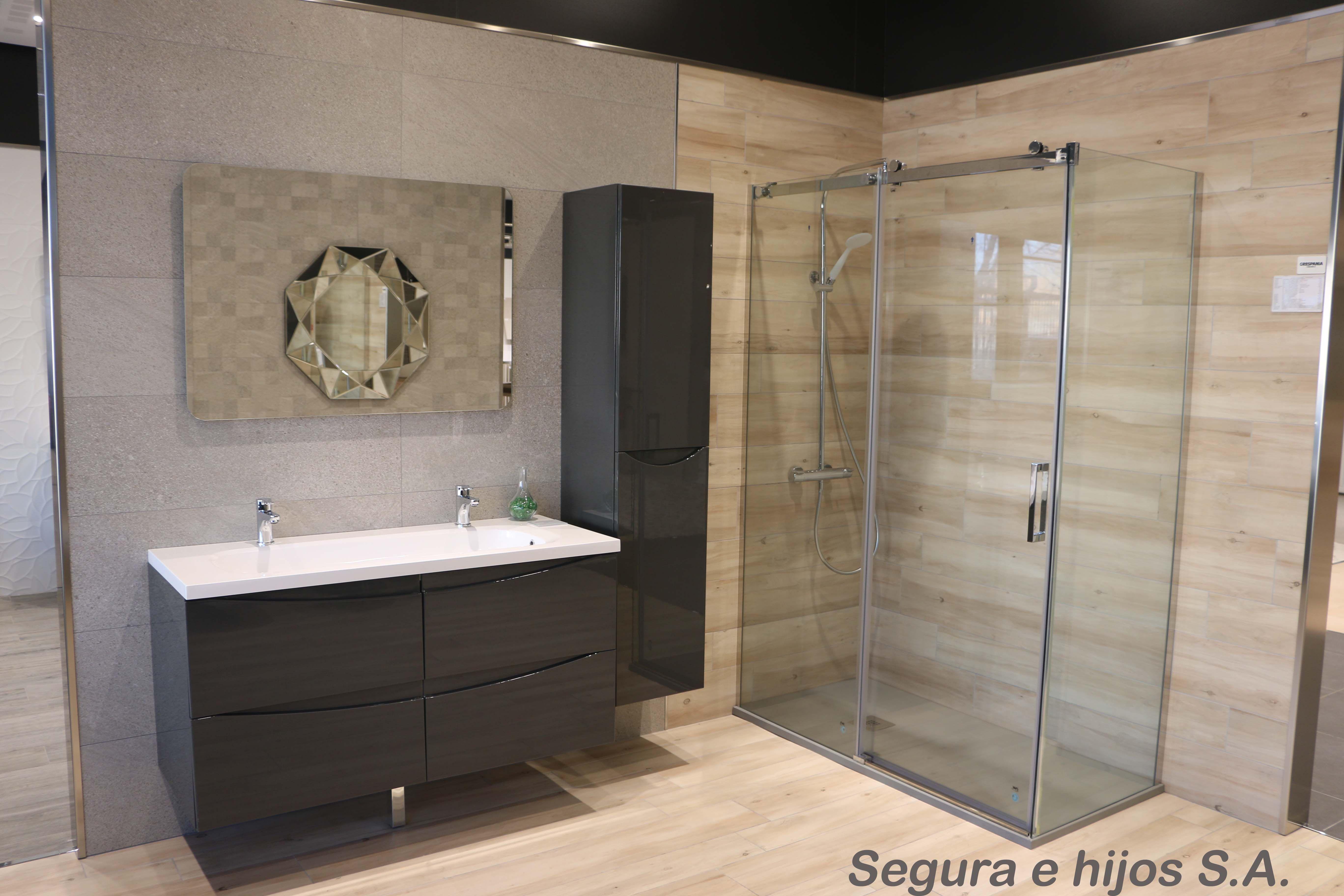 Ambiente de baño combinando porcelánico de piedra y madera ...