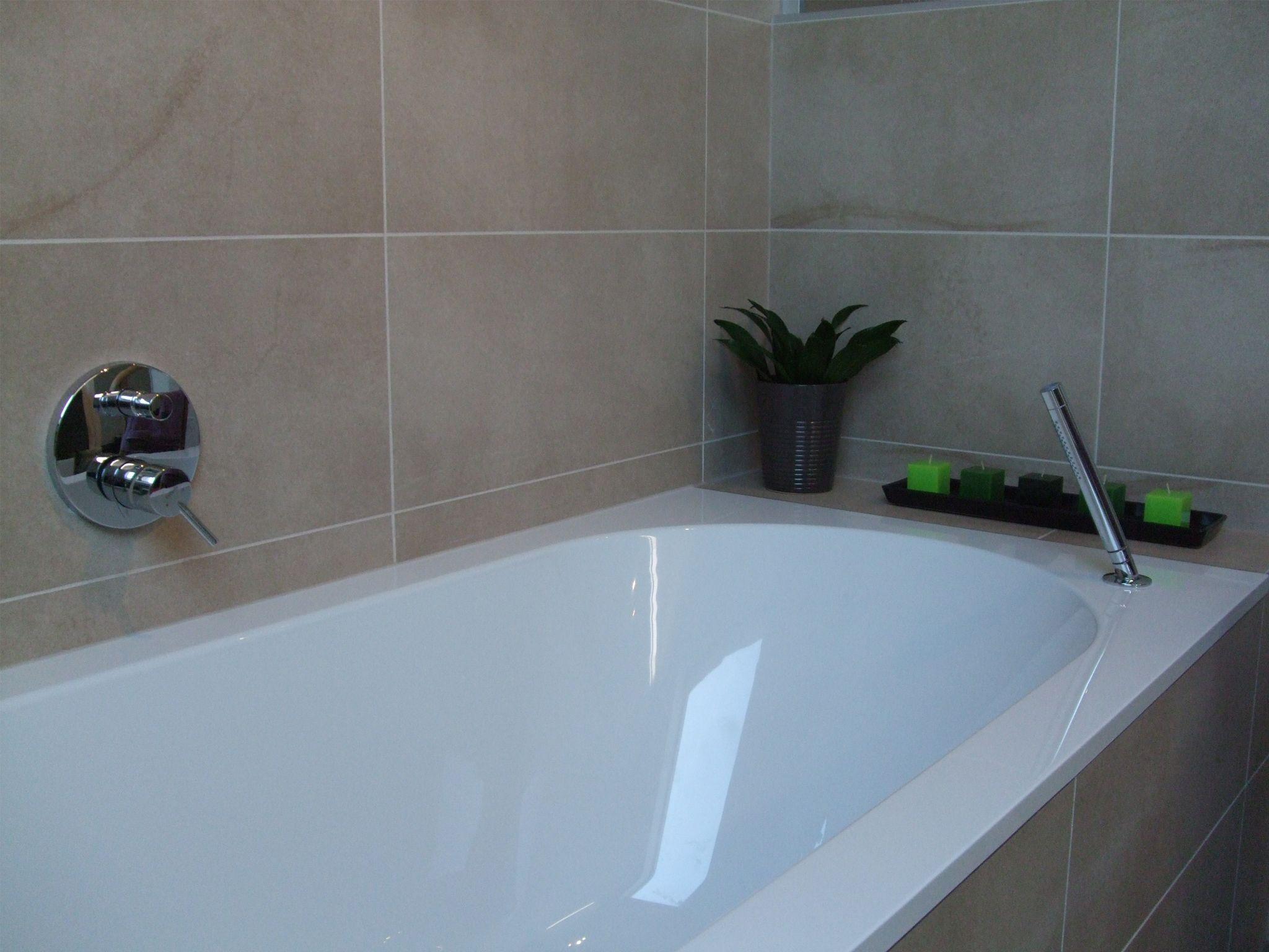 Bad ingewerkt met tegels. Bad: Villeroy & Boch. Inbouwkraanwerk ...