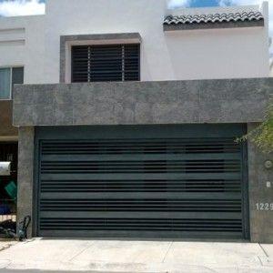 Puerta contempor nea de cochera con barrotes horizontales de hierro gruesos y delgados - Puertas de cochera ...