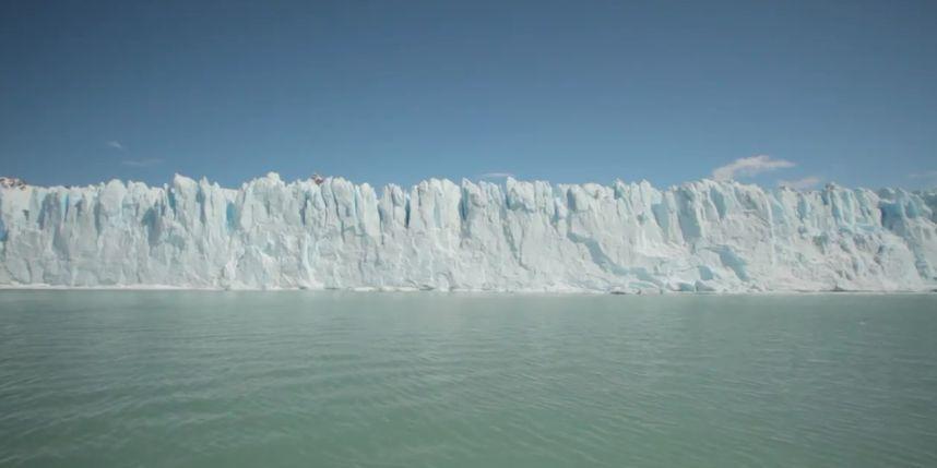 Dique en el Glaciar Perito Moreno Sucede cada ciertos años de forma impredecible en Argentina. Miles de toneladas se desploman causando un dique de hielo que bloquea el paso del agua del lago hasta que la presión del agua lo erosiona de nuevo.