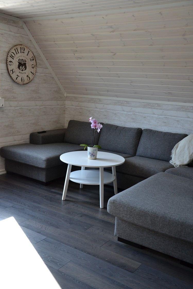 Sitzecke unter Dachschräge - weiß lasierte Holzwandpaneele und ...