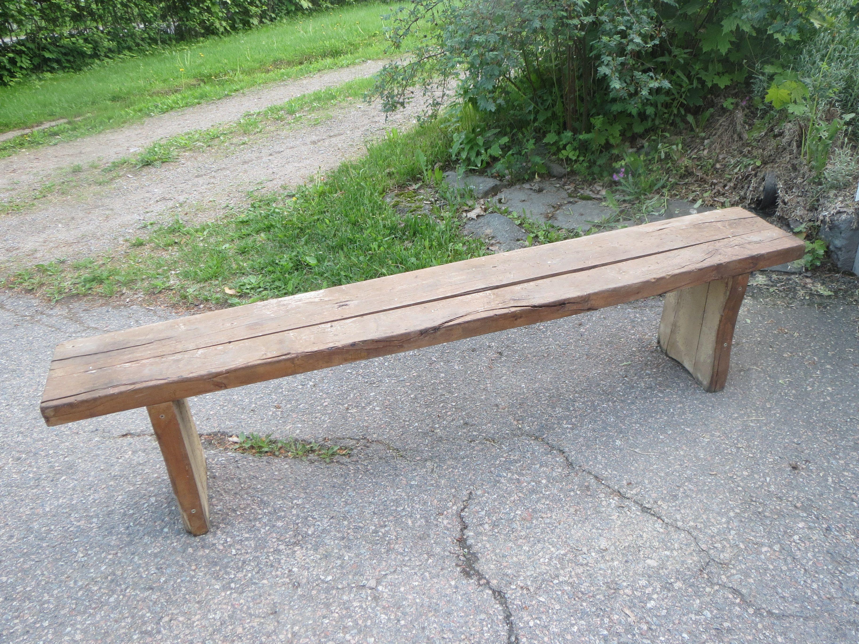 Ihana, vanha puupenkki, jalkoihin laitettu muutama ruuvi tueksi.   Pituus 168 cm.  60 euroa.