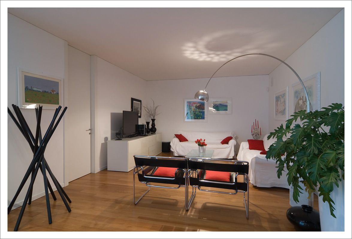Casa moderna con porte interne a tutta altezza a filo del soffitto grandi vetrate scorrevoli for Casa moderna vetrate