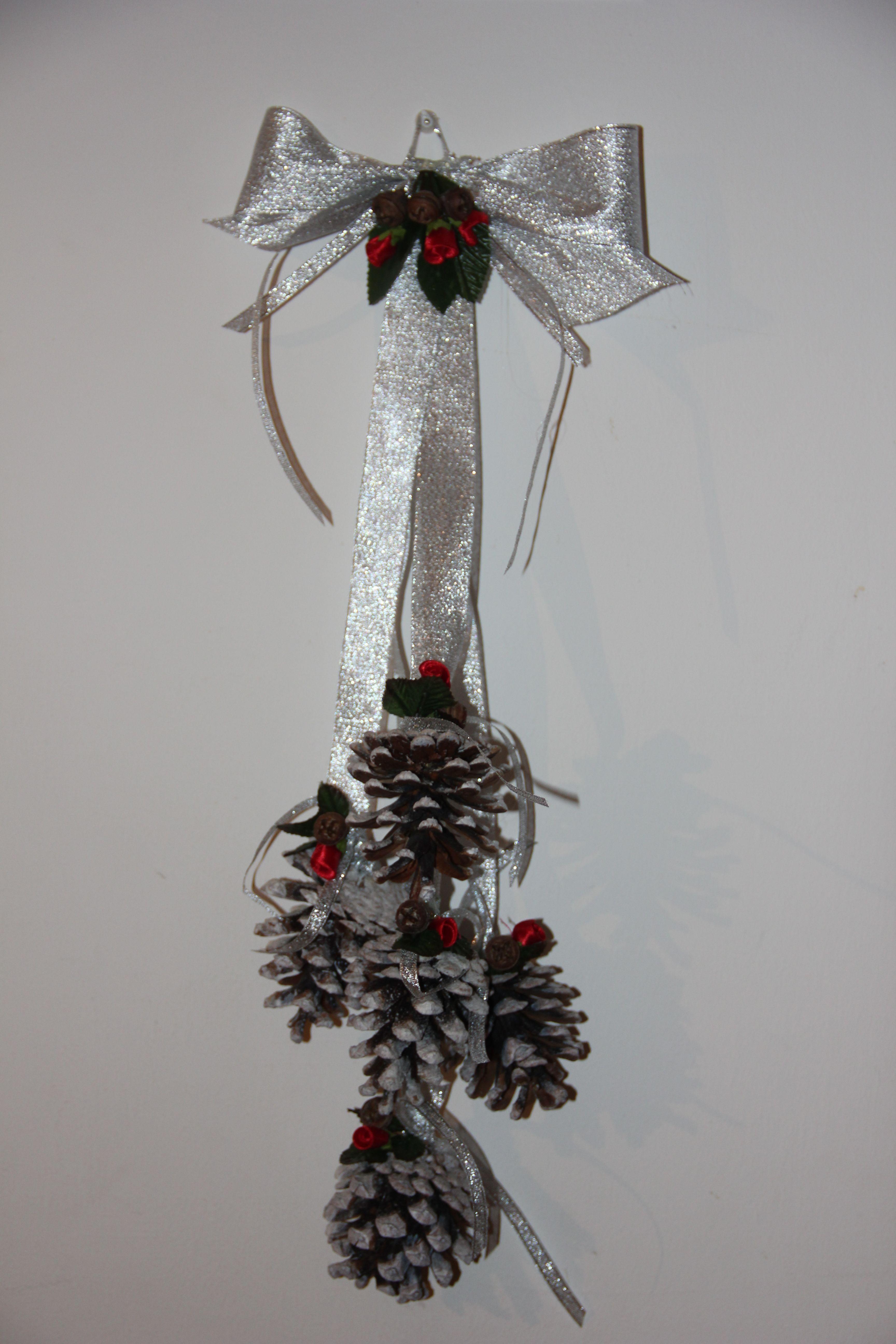 Decorazione natalizia con pigne