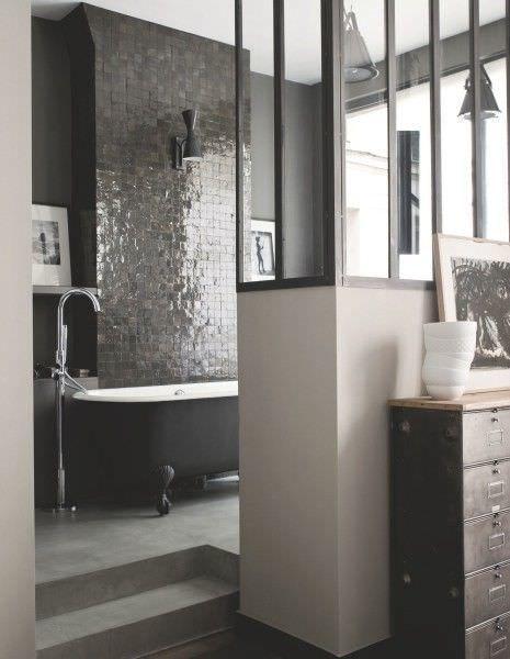Zellige dans la déco, salle de bain en carreaux noirs ...