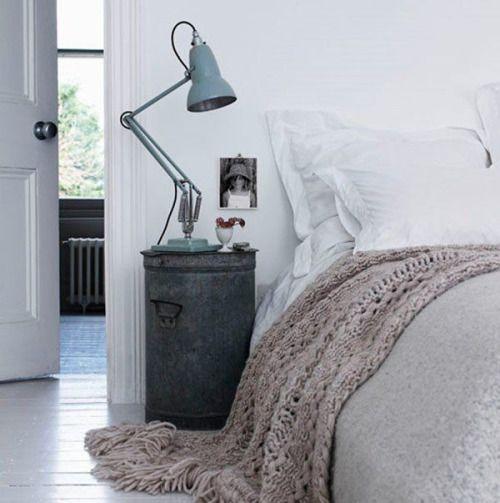 criados mudos criativos para usar na decoração do quarto, decoração estilo industrial, cinza e branco