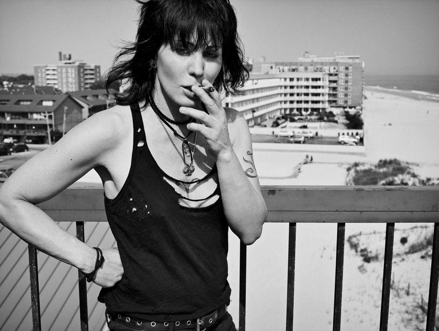 Joan Jett fumando un cigarrillo (o marihuana)