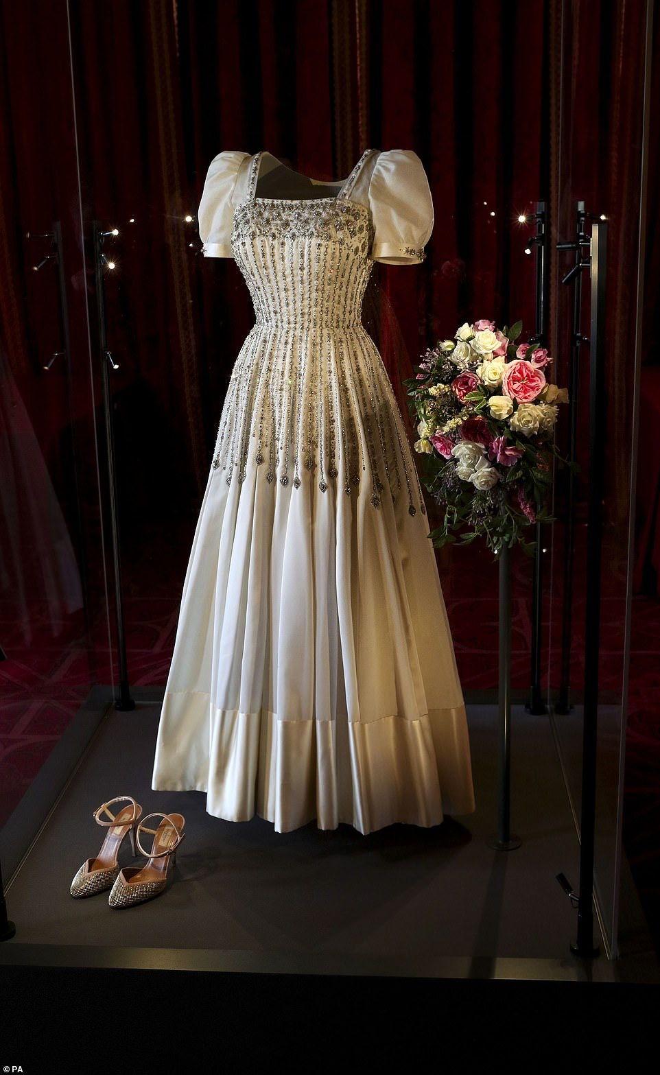 Pin By Lynn Seifert On The Royal Firm Royal Dresses Royal Wedding Gowns Royal Wedding Dress [ 1567 x 962 Pixel ]