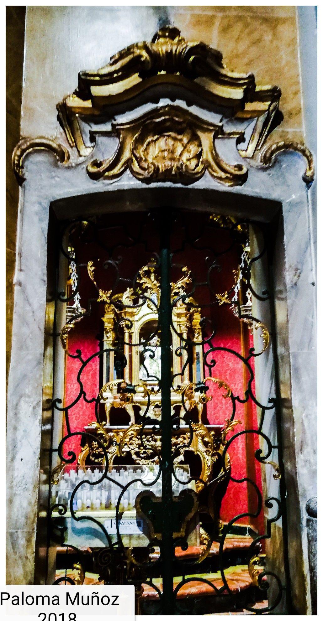 Basílica de San Miguel pequeña capilla, con la vitrina del siglo ...
