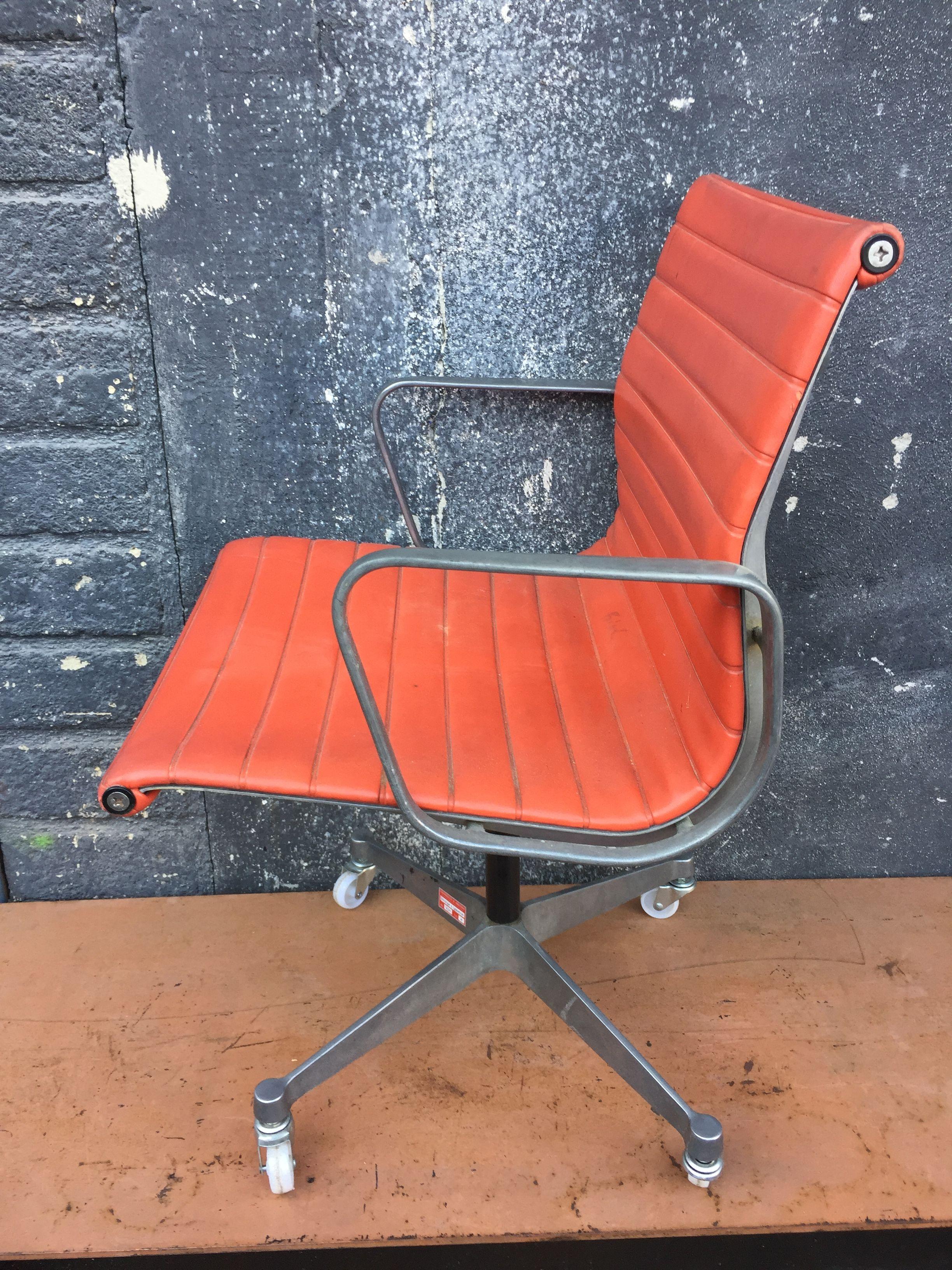 Sedia Charles Eames per Vitra   Vintage chairs, Furniture ...