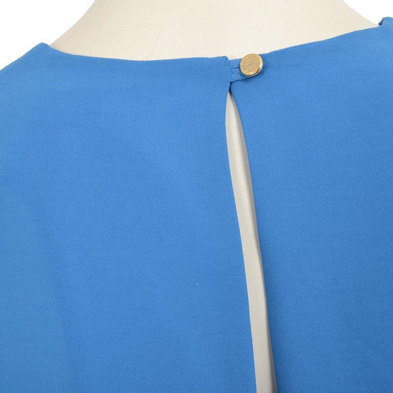 Flot løs kjole fra Carin Wester med rund hals og flot blå farve.  Lukkes med lille knap i nakken.    Detaljer    - 100% Polyester.  - Måler 87 cm foran og 95 cm bagpå i str XS.  - Skal håndvaskes.