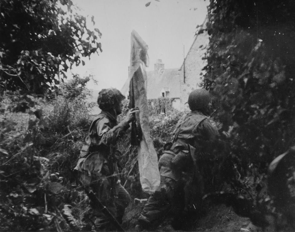 Paratroopers attacking a german CP in Ravenoville, Marmion farm - 6 June 1944 (© WWII Archives)