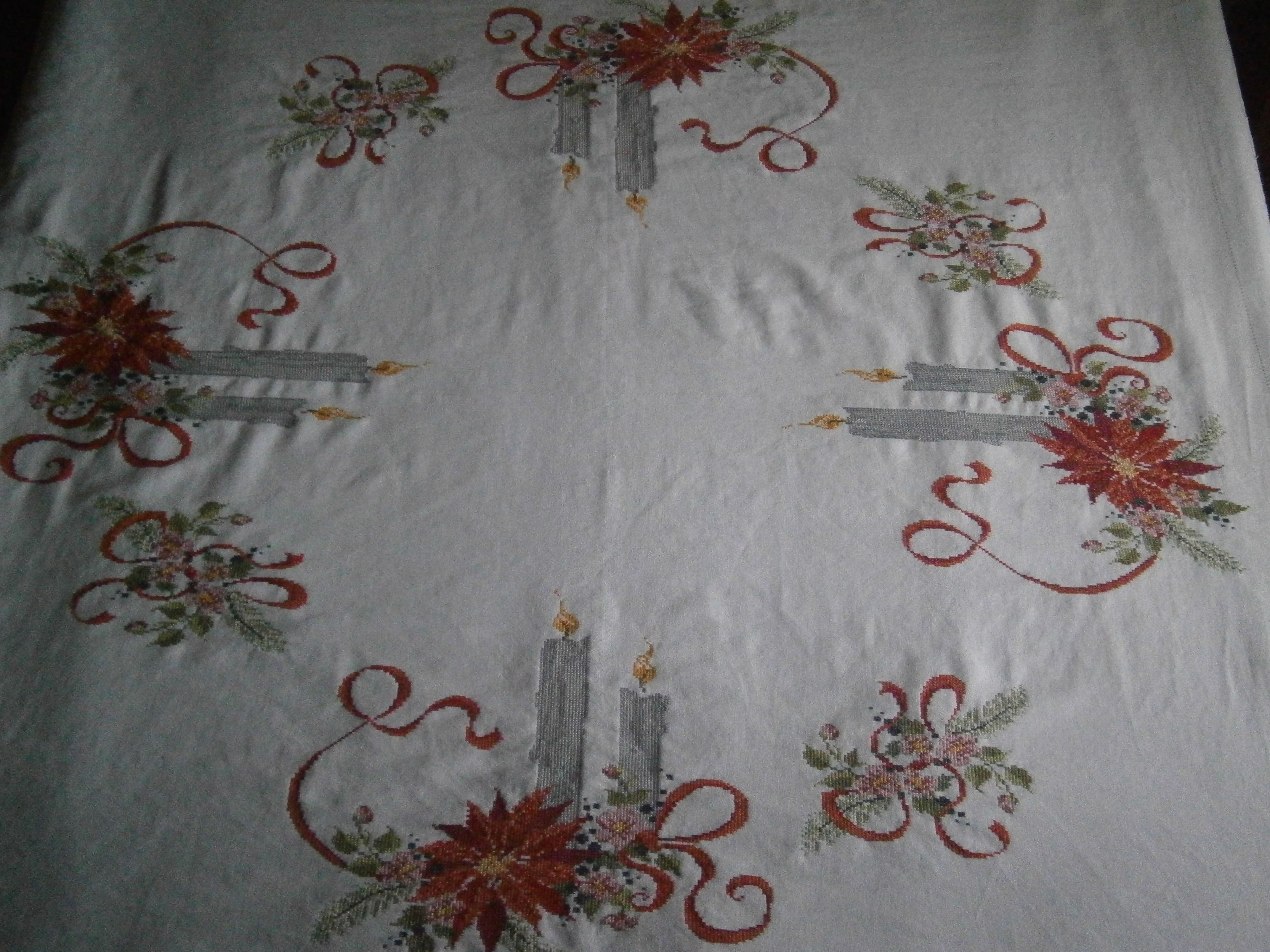 Mantel navide o de 150 x 150 bordado en lino dibujos - Manteles para navidad ...