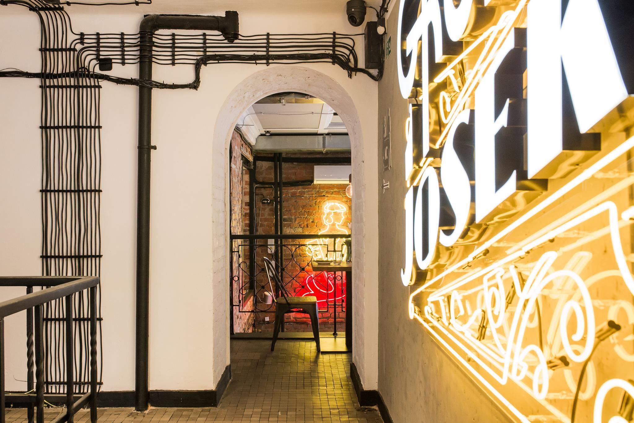 Restauracja Gruby Josek Miejsce Gdzie Bawi Sie Ferajna Pln Design Restaurant Decor Stairs