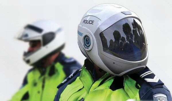 student reinvents police motorbike helmet with built in heads up display motorcycle. Black Bedroom Furniture Sets. Home Design Ideas