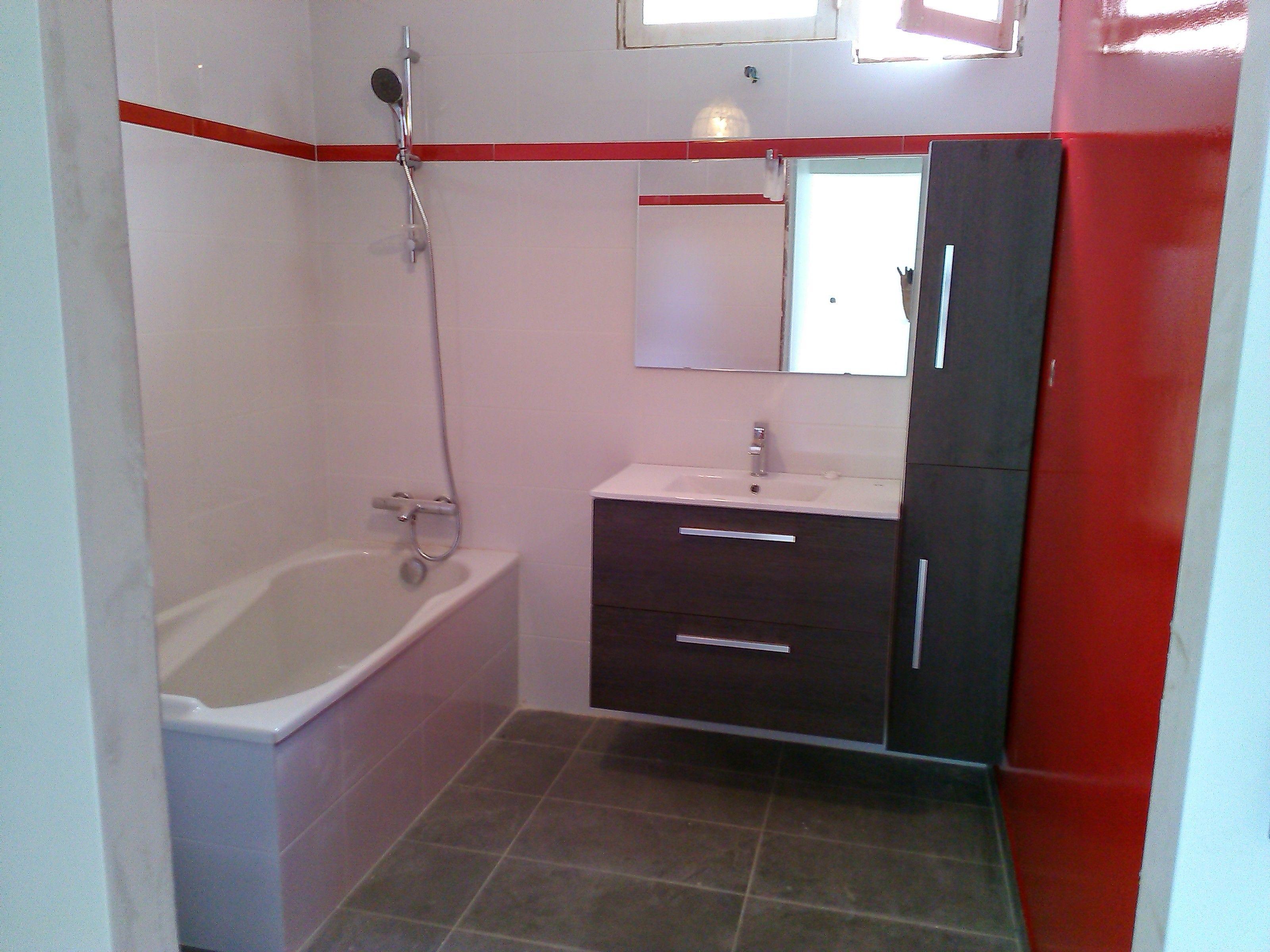 Salle de bain avec meubles gris. Faïence blanche avec liseret rouge ...
