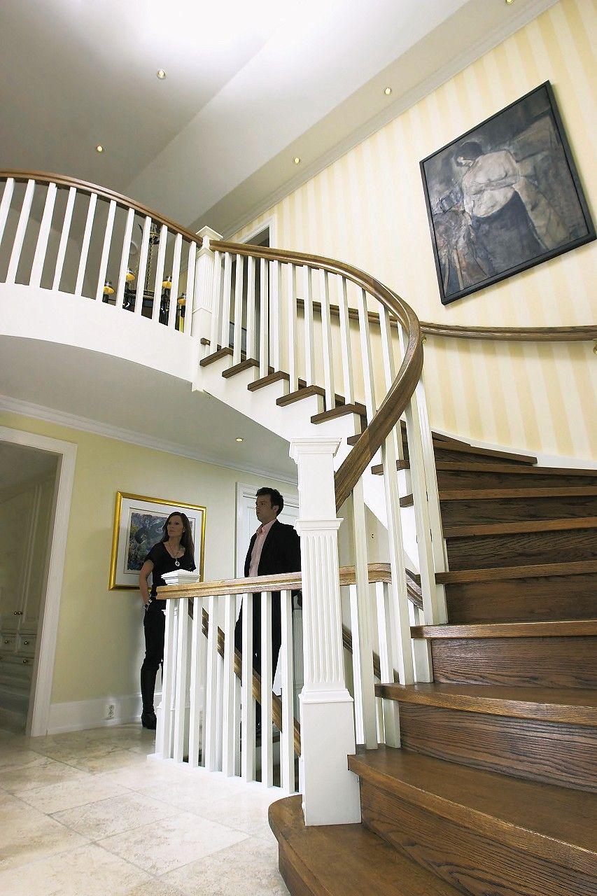 Escalia Ascot er en storslått trapp med klassiske linjer. En gedigen inngangsstolpe med flotte detaljer markerer et bredt inngangsparti som går over i et elegant, buet svingstykke som fører trappen til etasjen over. Trappens buede vange og rekkverk videreføres i overetasjen, hvor eikegulvet i likhet med trappens trinn er etterbehandlet med olje rustikk for å oppnå samme farge og glans. Oppsalet vange, med trinn som stikker utenfor på siden, skaper flott kontrast.