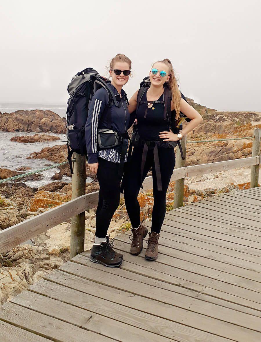 Hannah Und Lotti Stehen Auf Einem Steg Der Entlang Der Kuste Portugals Fuhrt Jakobsweg Jakobsweg Pilgern Jacobsweg
