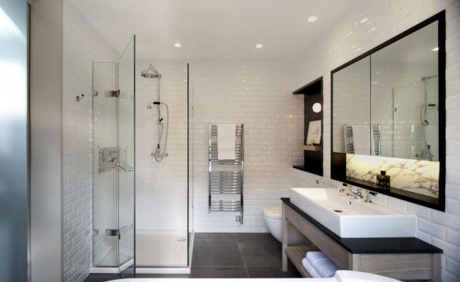 bad design weiße wandfliesen glas dusche holz waschtisch regale
