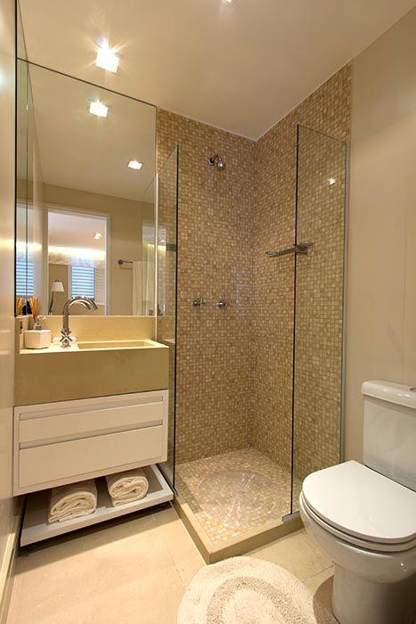 Azulejo grande color crema, y malla en la ducha departamento