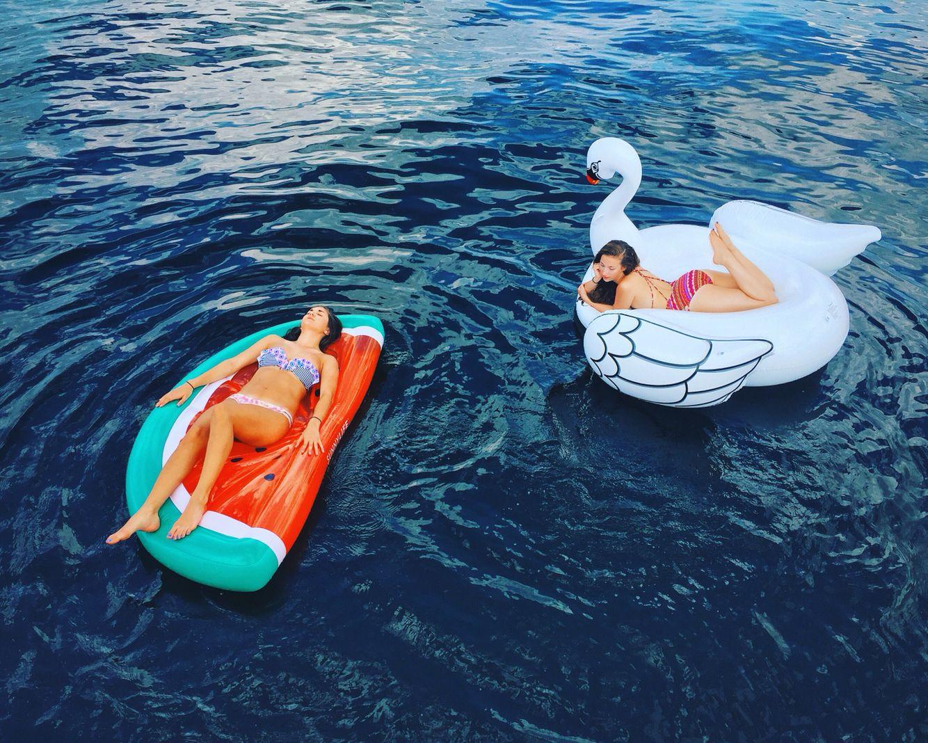Relax total que nos lleva a la infancia y con felicidad.....Sandía y Cisne GUAUUUU que sueñecito