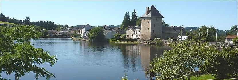Panorama sur l'étang et le donjon de Peyrat le Château, Limousin