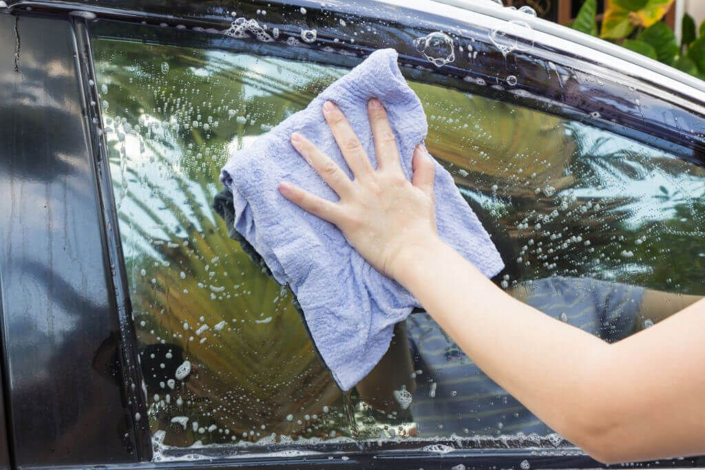 Do your car windows need a good cleaning? There may be a simple solution in your cabinets. According to Reader's Digest, a mixture of vinegar, ammonia and cornstarch may be able to help you get sparkling car windows without leaving streaks.   Materials Needed to Clean the Car Windows You'll need these #cleaningcars