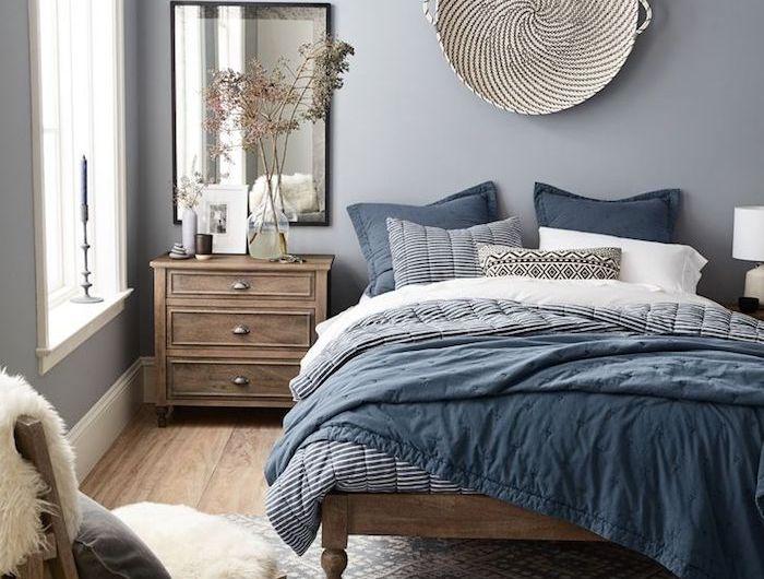 chambre à coucher décorée de peinture grise, linge de lit gris ...