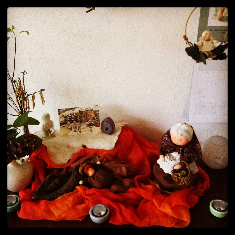 Jaartafel Winter~Moeder Aarde en wortelkindertjes 2013. Met zelfgemaakte Moeder Aarde en wortelkindje :)